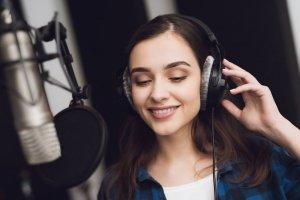 Eine junge Profi-Sprecherin spricht im Tonstudio