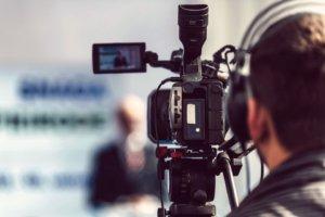 klarer Vordergrund mit einer Profi Kamera beim Filmen